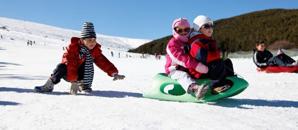 raquetas y trineos de nieve para niños